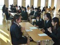 Estudiantes japonesas en una sesión de orientación para las prácticas de reclutación laboral de la universidad.