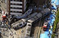 Imagen del descarrilamiento de Amagasaki. Los primeros dos vagones quedaron reducidos a menos de una tercera parte de su tamaño original.