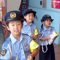 Educando en el racismo a nuestros hijos japoneses. Tras el recreo, toca apalizar al osito de peluche de la vecina filipina.