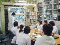 Grupo de neurólogos japoneses analizando el cerebro de burócratas. Nótese la cara de pavor de algunos de los miembros.