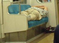 Hombre durmiendo a lo profesional en un vagón de metro sin importarle lo más mínimo lo que pueda pensar la gente de él.