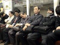 Japoneses en estado vegetativo después de un largo día de trabajo. Los menos afortunados acaban durmiendo en la oficina.