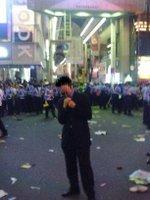 Coelacanth saltándose una barricada policial en Osaka. Su innata habilidad para camuflar sus rasgos le permitió evadir la atención de los agentes