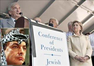 Eli Wiesel i Hillary Clinton en un acte de suport a Israel a Nova York. A l'esquerra, fotomuntatge de Zapatero tocat amb una kufiya