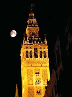 La Giralda, a la llum de la mitja lluna