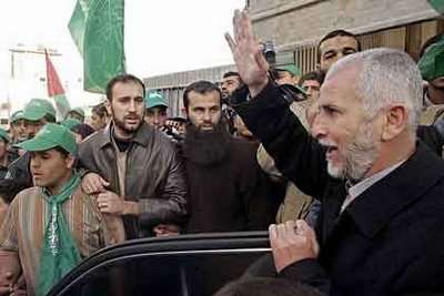 Sayed Seyam saludant els seus seguidors després de la victòria electoral de Hamas