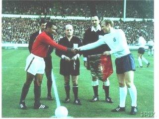 Mário Coluna com Bobby Charlton