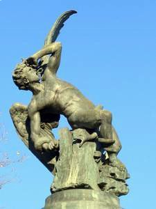 Estatua al Angel Caído en el parque del El Retiro de Madrid