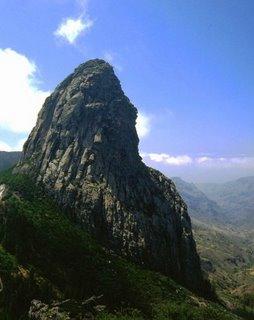 Roque de Agando, en el Parque Nacional de Garajonay (La Gomera). Foto de Pinzonazul, tomada de Wikimedia