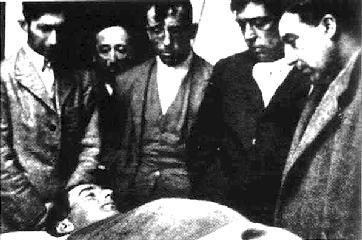 La cuadrilla vela el cadáver de Joselito (el del centro es Blanquet)