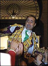 Luis Francisco Esplá saliendo a hombros en Madrid el 07/10/2001. Foto: Archivo de burladero.com