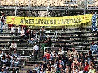 Pancarta exhibida recientemente en la plaza de Nimes
