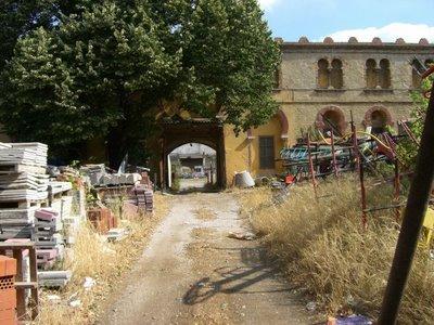 El patio de caballos de la plaza de Figueras convertido en un vertedero. Al fondo se ve el ruedo y parte del graderío en un estado lamentable