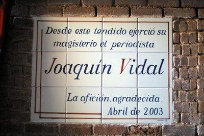 Azulejo en memoria de Joaquín Vidal en la plaza de Las Ventas