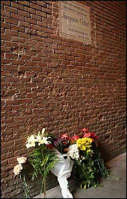 Flores bajo el azulejo de Joaquín Vidal. Foto de Juan Pelegrín publicada en las-ventas.com