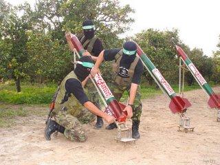 Terroristas preparando un Qassam