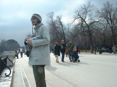 Visitante contemplando el estanque del Retiro. Madrid, 2006