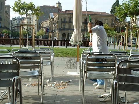 Limpieza matinal en la plaza del Castillo. Pamplona, 2005