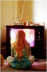 Niña frente al televisor. Imagen: Harvard School of Public Health