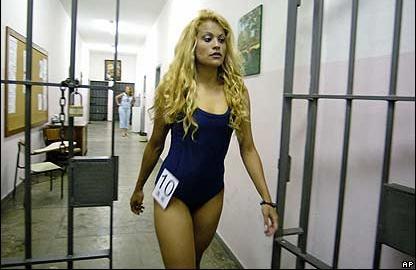 Una de las candidatas a Miss Penitenciaría, antes de desfilar. Imagen: AP