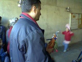 Padre con un boniato a las puertas de una escuela