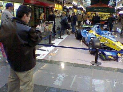 Alonso deja el R25 a la puerta del carriful