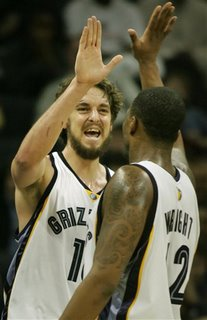 Lorenzen Wright applauds the great turnout on Beard night