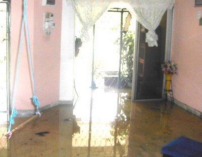 banjir masuk dlm umah..