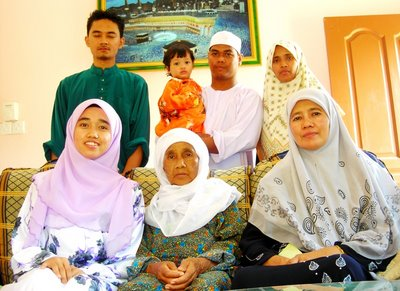 bersama family dan tok sblh mak di pagi raya without my elder and younger brother