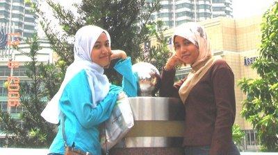 2 org gadis ayu yg turut serta ke pc fair berposing di jambatan taman klcc..