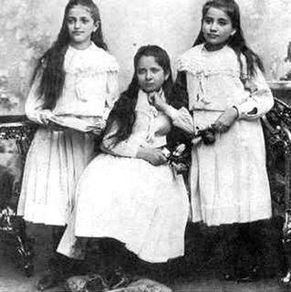 As três irmãs de Kafka - Valli, Elli e Ottla em 1898