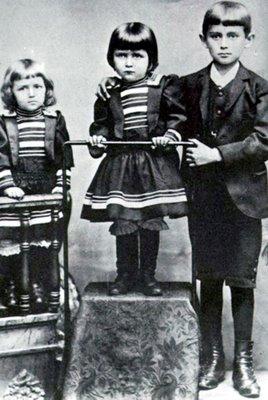Kafka com 10 anos, Valli à esquerda e Elli no centro