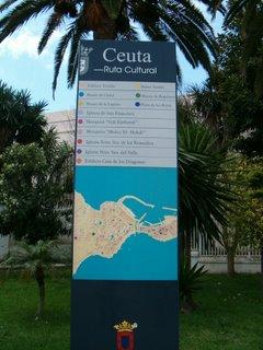 Turistinformation med intressanta platser utmärkta på en karta
