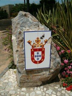 Ceutas stadsvapen som dekoration på en sten i Argentina-parken