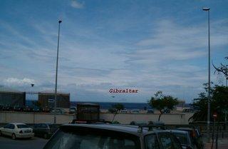 Tittar man noga ser man Gibraltarklippan i bakgrunden