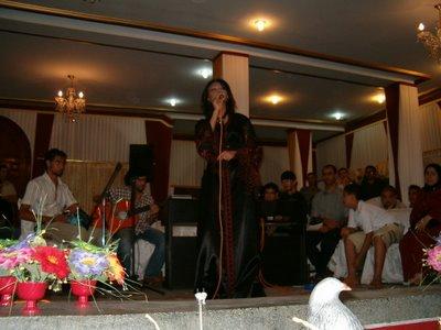 En av Marockos nya stjärnor, tydligen en rätt känd tjej. Jag bara älskar hennes klänning!