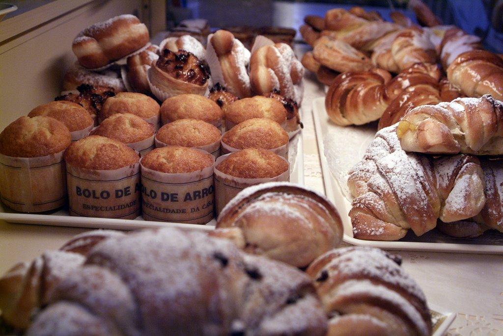 On jette un coup d\u0027oeil sur le paysage de gâteaux derrière la vitrine qui  fait se côtoyer les spécialités luxembourgeoises (les schnäcks, les huits,