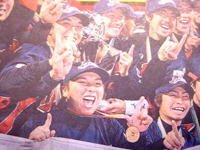 Chunichi Sports - Japan's winning baseball team give it the finger