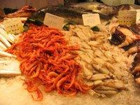 Calamars frescos al mercat