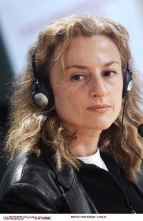 Η Δέσποινα Μουζάκη ακούει τα σχόλια των εφημερίδων σε αφήγηση Jeams Earl Jones