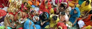Esposas indianas vestidas para a celebracao do ritual do karwa chauth