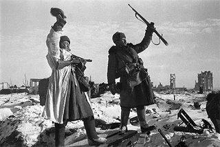 Soldados soviéticos celebran la liberación de Stalingrado, el 31 de enero de 1943