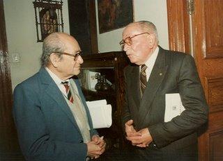 Miguel Maticorena con Gustavo Pons Muzzo en el Instituto Raúl Porras de la UNMSM durante la presentación del libro 'Garcilaso humanista', de Carlos Daniel Valcárcel el 17 de agosto de 1995