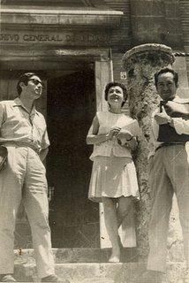 Nathan Wachtel, Ana Levmistre y Miguel Maticorena en la puerta del Archivo General de Indias, Sevilla