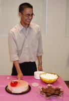 Chun cutting cake