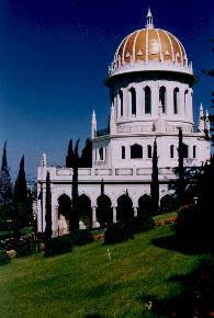 Santário do Báb, em Haifa, no Monte Carmelo. É em Haifa, e nos arredores, que se situam vários locais de peregrinação para os bahá'ís