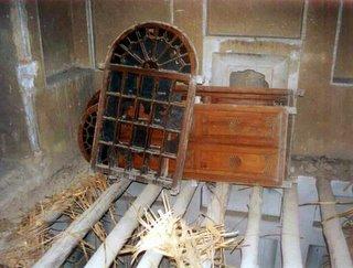 Aspecto do interior da casa de Mirza Abbas Nuri durante a demolição