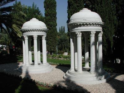 Tumulos de Mirzá Mihdi e sua mãe, nos jardins Bahá'ís, em Haifa