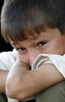 Crying boy outside al-Yarmouk hospital June 1st 2006