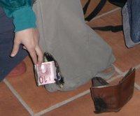mochila y cartera quemadas